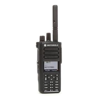 Motorola MOTOTRBO™ DP4800e UHF MDH56RDN9VA1AN - čelní pohled na radiostanici s krátkou laděnou anténou